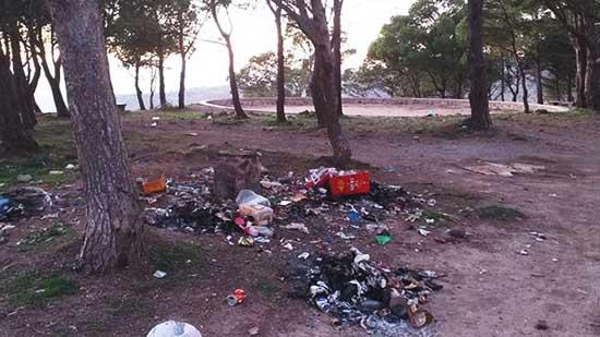 بالصور.. زوار كوروكو يشتكون من النفايات التي تؤثث أرجاء الغابة وتشوه منظرها الطبيعي