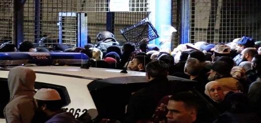 مواطنون مغاربة يقتحمون معبر السيارات بعد أن إحتجزتهم السلطات الاسبانية لساعات