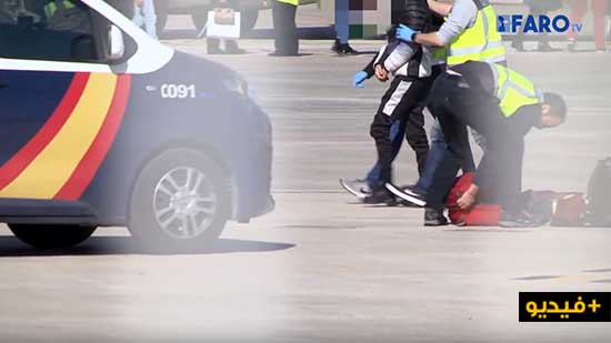 """شاهدوا بالفيديو.. """"حراكة"""" وطالبي لجوء مغاربة يرحلون من إسبانيا الى مليلية عبر الطائرات تمهيدا لترحيلهم"""