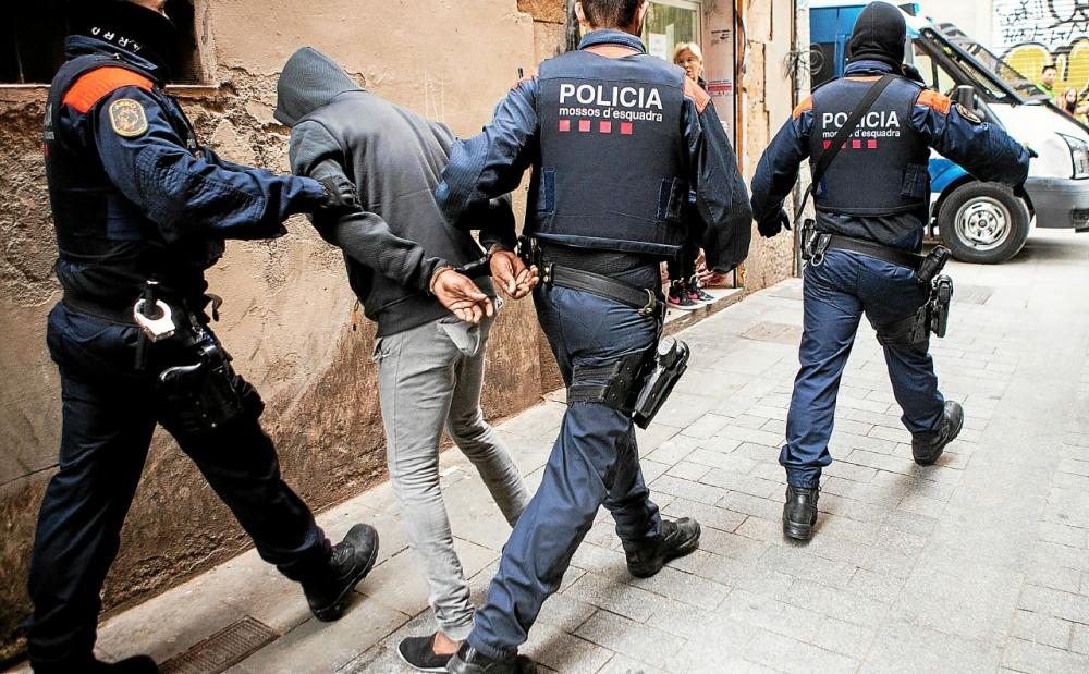 الشرطة الكتالونية تطيح بتسعة مغاربة يروجون الحشيش والكوكايين