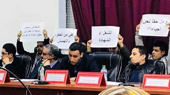 """المعطلون يخوضون احتجاجا """"صامتا"""" في دورة المجلس الجماعي بالعروي"""