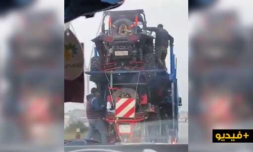 شاهدوا.. حراكة يتسللون داخل شاحنة لنقل سيارات الرالي لسرقة محتوياتها