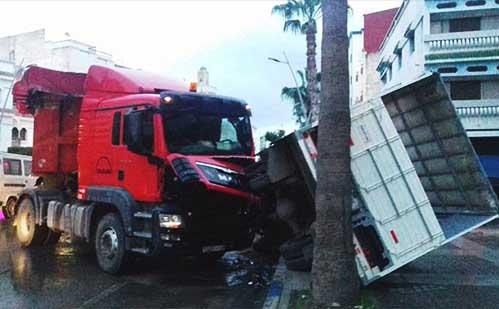 انزلاق شاحنة يتسبب في انقلاب ناقلة أخرى بمدخل مدينة الناظور