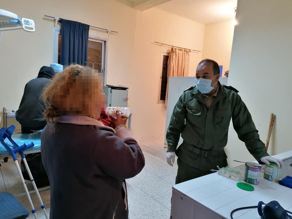 بالصور.. باشا العروي يثير إعجاب الكثيرين بموقف إنساني بعد إعداده الطعام لرضعيْ أمّ متشردة أثناء الطوارئ
