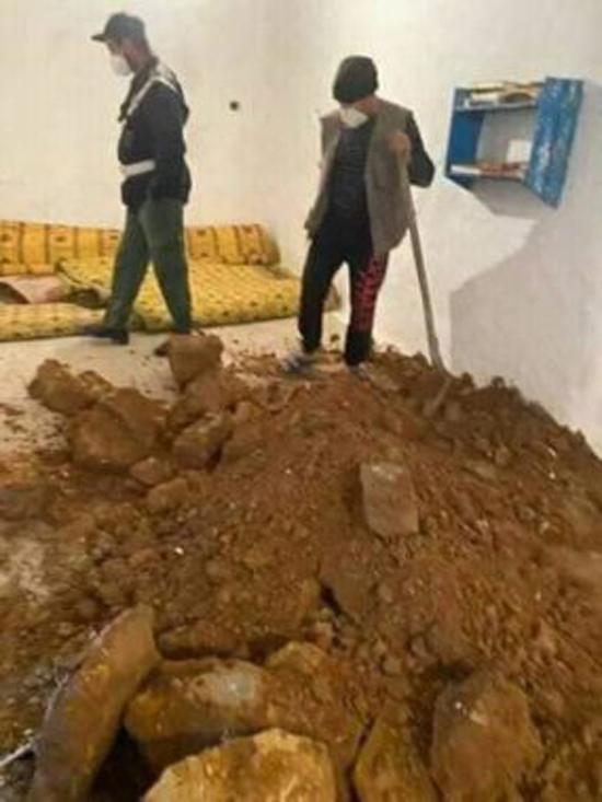 مثير وبالصور.. مجهولون يدنسون مسجدا ويخربون محرابه بحثا عن الكنوز