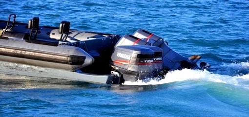 """البحر يلفظ زورق """"فانطوم"""" مجهزاً بثلاثة محركات كبيرة بالدريوش"""