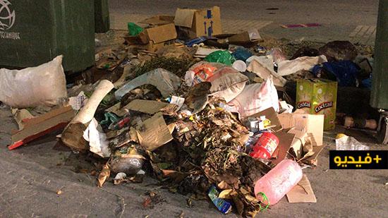 """إضراب عمال شركة """"كازا تكنيك"""" للنظافة يوم فاتح ماي يحول شوارع الناظور إلى أكوام من الأزبال"""
