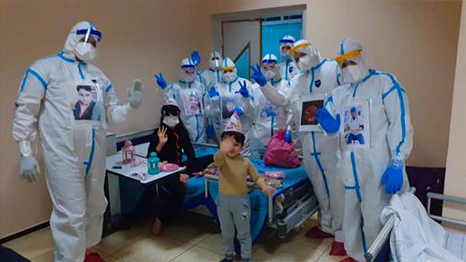 """بالصور.. ممرضون يضفون البهجة على وجوه أطفال مرضى """"كورونا"""" بالمستشفى الحسني"""