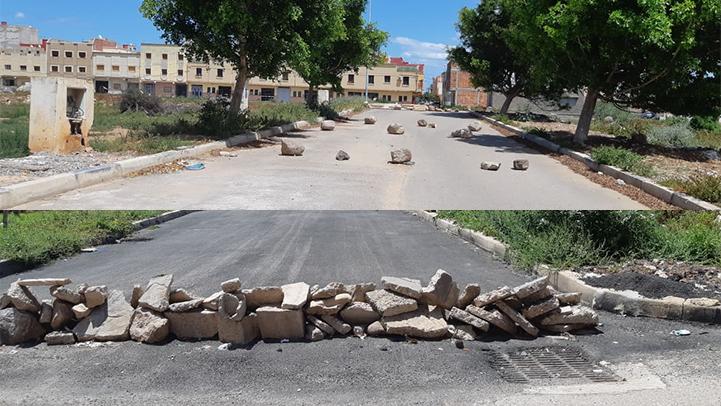 غريب.. مجهولون يضعون أحجار ضخمة وسط الأزقة لمنع مرور السيارات بحي بوعرور