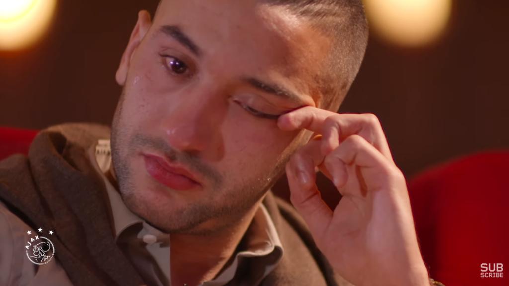 شاهدوا..  حكيم زياش تنهمر دموعه عند مشاهدته لرسالة والدته