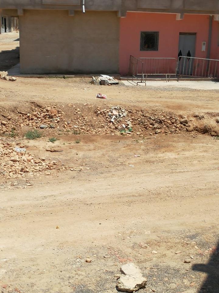 بالصور.. السلطات العمومية تطوق منزل مصاب بكورونا في زايو بحواجز حديدية صبيحة اليعد