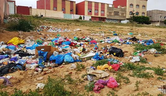 """الدريوش... جماعة """"آيت مايت"""" تغرق تحت أكوام الأزبال والساكنة تشتكي"""