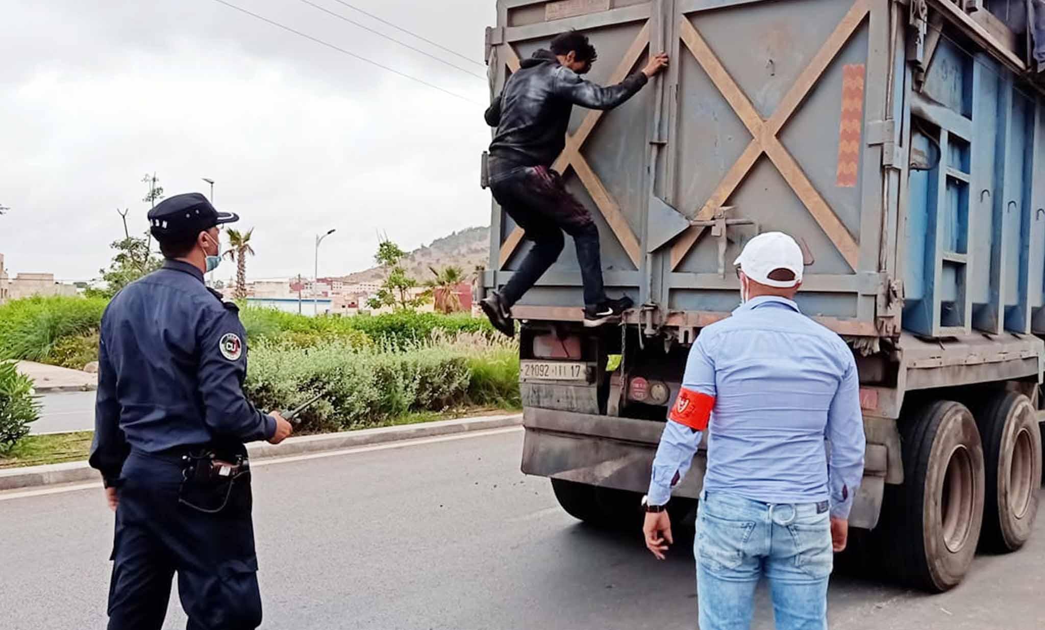 """سد أمني للمراقبة يوقف """"حراكة"""" متسللين لشاحنات على الطريق الرابطة بين الناظور وبني انصار"""