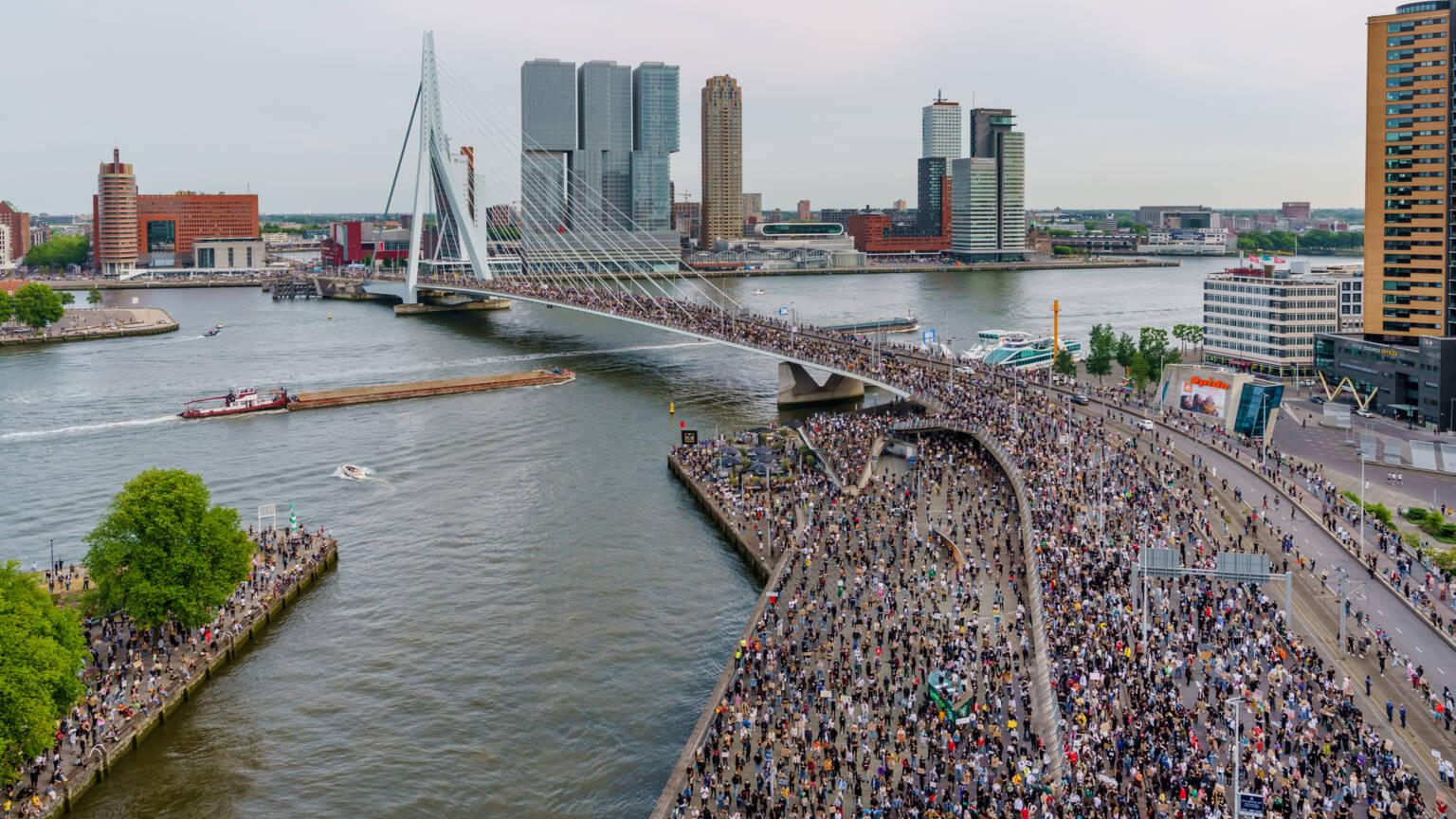 بالفيديو.. الآلاف من سكان روتردام يتحدّون قرار أبوطالب ويتظاهرون ضد العنصرية