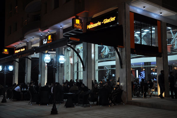 أرباب المقاهي والمطاعم يطالبون بتمديد ساعات العمل إلى آخر الليل