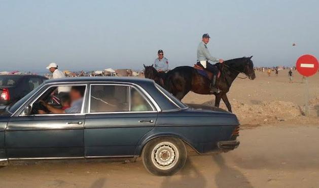 غرامة 1500 درهم لسيدة قامت بتوقيف سيارتها داخل شاطئ بالحسيمة