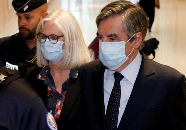 """السجن لرئيس وزراء فرنسي سابق بعد توظيفات """"وهمية"""" استفادت منها زوجته وابناهما"""