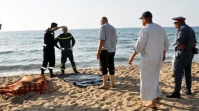 """أمواج شاطئ """"بويافر"""" بالناظور تلفظ النصف السفلي لجثة فتاة مجهولة الهوية"""