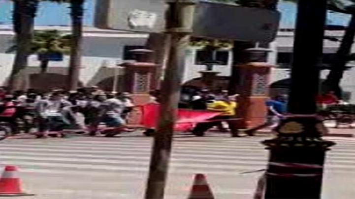 """بالفيديو.. احتجاجات في الشمال ضدّ فتح المعامل واستمرار إغلاق """"بيوت الله"""""""