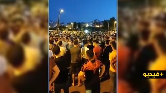 فيديو.. محتجّون في طنجة يقطعون الطريق في بني مكادة بعد قرار الإغلاق
