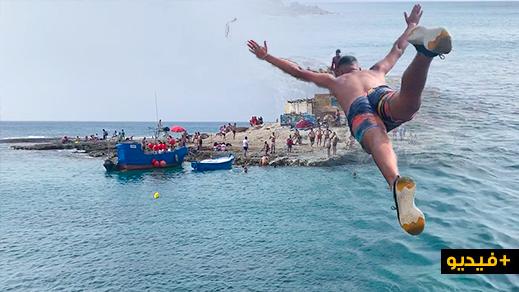 """القفز من فوق صخور شاطئ """"تشارانا"""" بالناظور.. ملاذ الشباب وعشاق مغامرات البحر"""