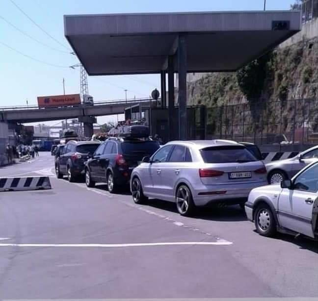 """سيارات المهاجرين المغاربة بأوروبا """"تشلّ"""" مدينة جنوة بإيطاليا بعد منعهم من عبور ميناءي طريفة والخزيرات"""