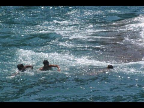 """عشرات العالقين في سبتة يحاولون العودة """"سباحة"""" بعد يأسهم من إيجاد حلّ لأزمتهم"""