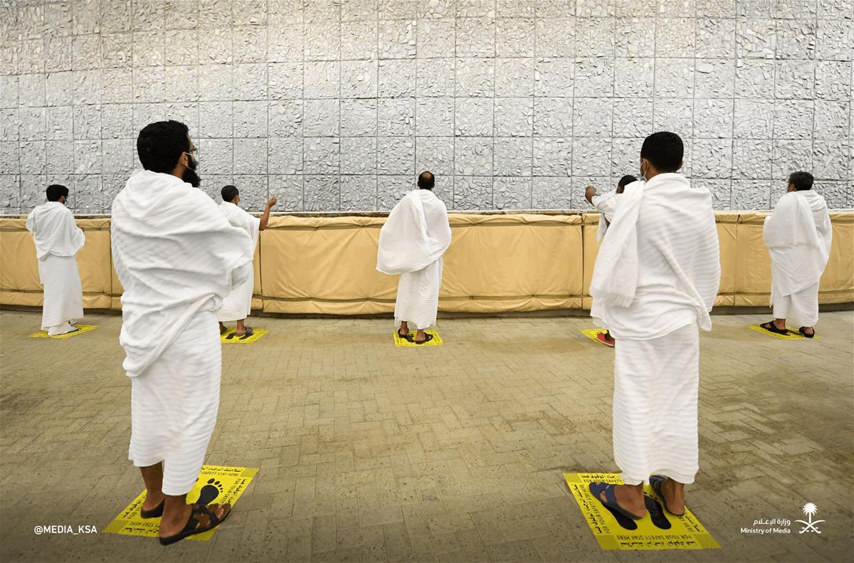 """بالصور.. حجاج بيت الله الحرام يرمون """"الجمرة الكبرى"""""""