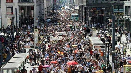 """آلاف المتظاهرين بألمانيا يطالبون بإعلان """"نهاية الوباء"""" واستعادة الحرية والحقوق الأساسية"""