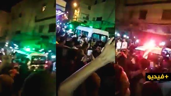 شاهدوا.. مغاربة يتحدون حالة الطوارئ ويحتفلون بموسم بوجلود أمام السلطات