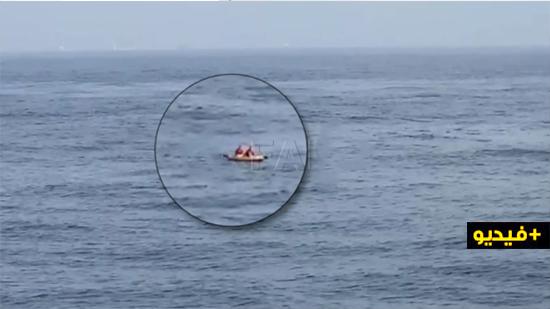 """شاهد.. إنقاذ ثمانية مغاربة حاولوا بلوغ السواحل الإسبانية على متن قوارب """"الكاياك"""""""