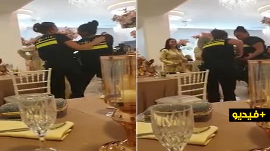 فيديو لشرطيتين بهولندا ترقصان على أنغام ريفية يثير إعجاب رواد  الفيسبوك