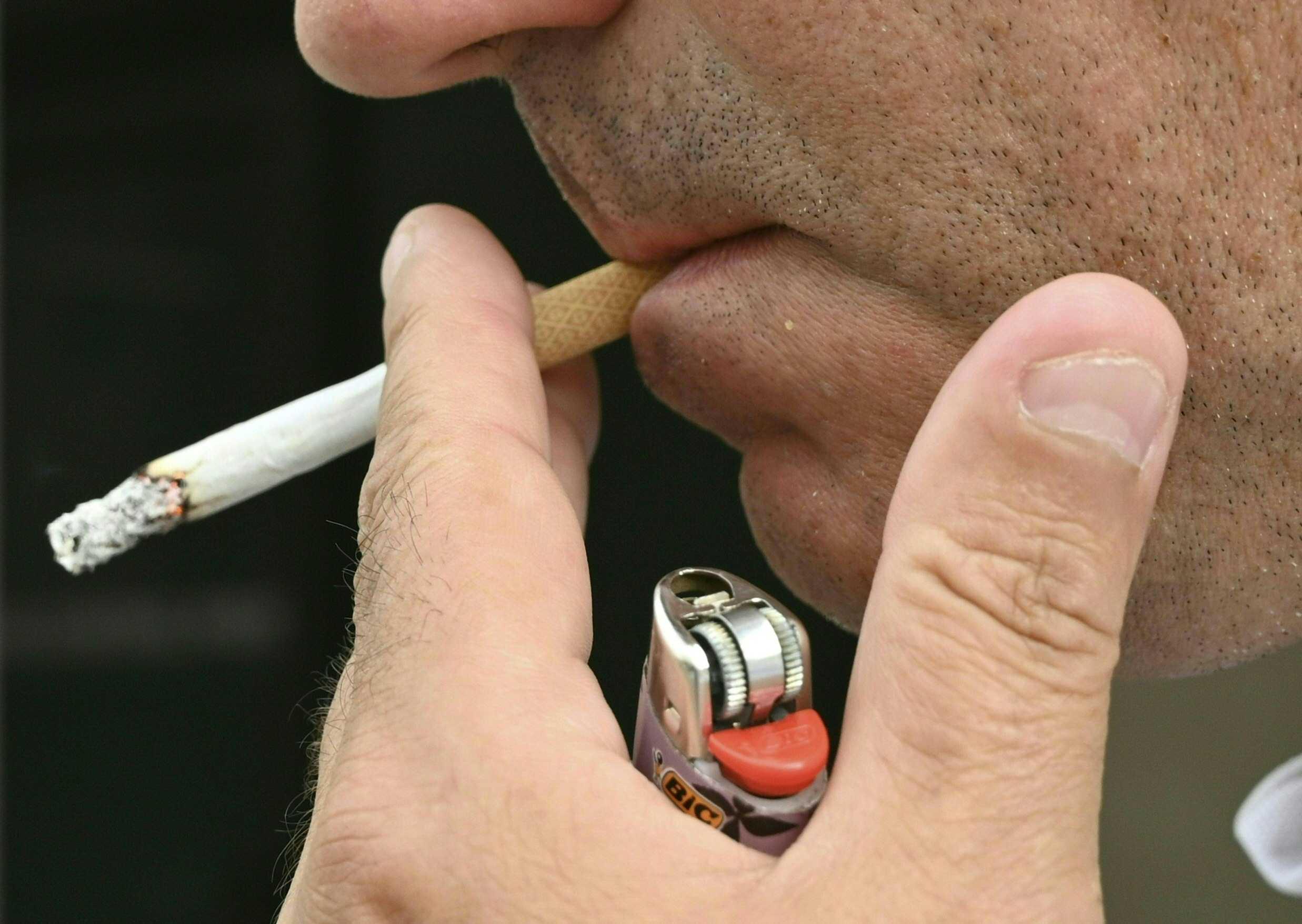 سلطات غاليسيا تمنع التّدخين في الشّوارع وأرصفة المقاهي لوقف تفشّي كورونا