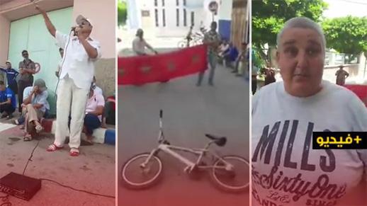 مواطن بأزغنغان يعرض دراجة ابنه للبيع في الشارع العام لشراء الأدوات المدرسية له