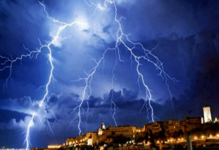 زخات رعدية محليا قوية من اليوم الاثنين إلى الأربعاء بعدد من مناطق المملكة