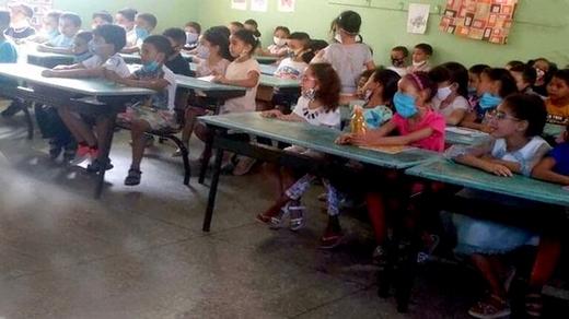"""هذا ما قررته وزارة التعليم بعد اكتشاف مكان التقاط صورة التلاميذ """"المكدسين"""" داخل حجرة دراسية"""