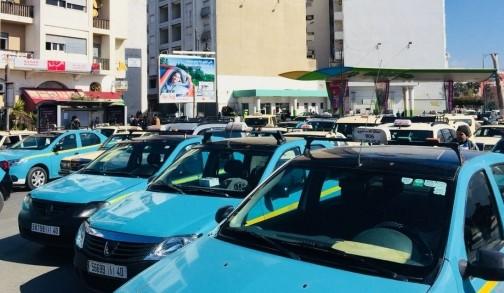 """""""خطّافة"""" يصبغون سياراتهم بلون التاكسي لنقل الركاب في ساعات الذروة"""