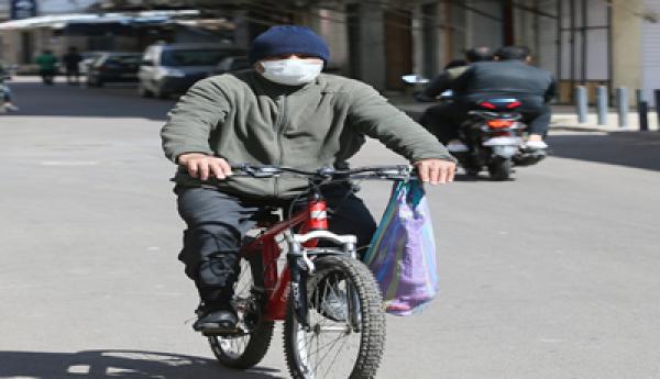 """غريب .. مصاب بـ """"كورونا"""" ويتابع العلاج بالمنزل يتجول بكل حرية على متن دراجته الهوائية"""