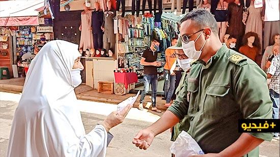سلطات وجمعيات الناظور توزع الكمامات وتحسس المواطنين من مخاطر كورونا
