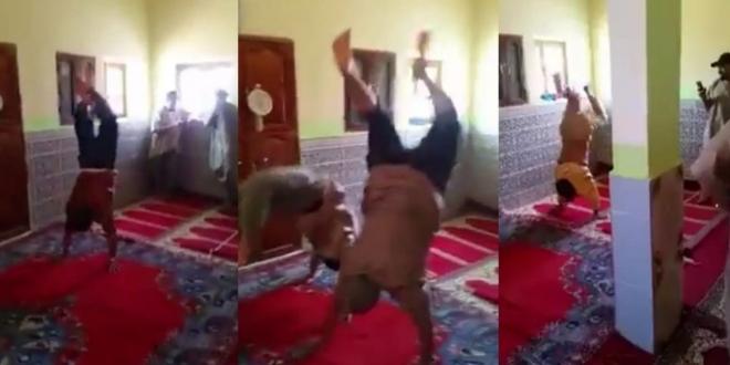"""أشخاص يقومون بحركات غريبة داخل مسجد يخلق ضجة على """"فيسبوك"""""""