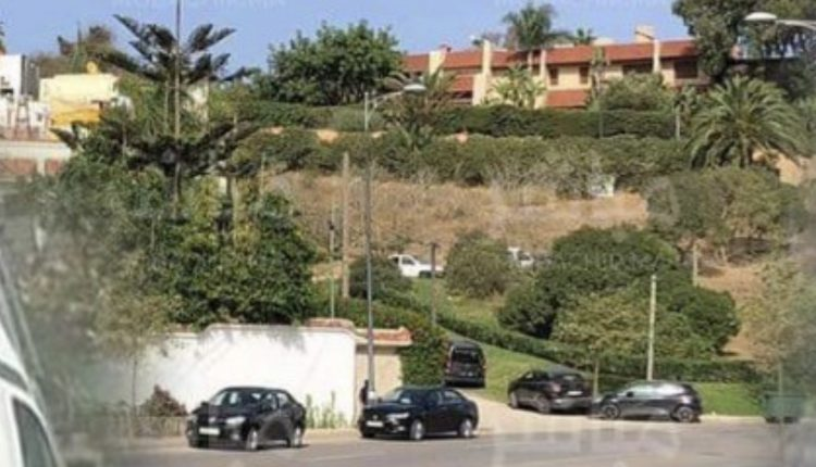 """ملياردير طنجاوي يتحدّى الإجراءات الوقائية بتنظيم عشاء حزبي والأمن """"يطوّق"""" قصره"""