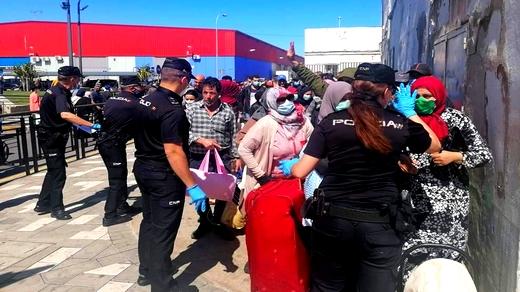 سلطات مليلية المحتلة تهدد المغاربة العالقين بالطرد وتجبرهم على توقيع وثائق دون الإطلاع عليها