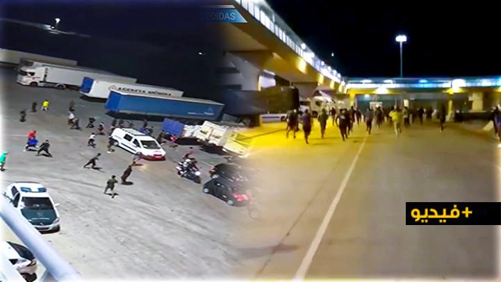 """شاهدوا.. مئات """"الحراكة"""" يهاجمون الشرطة الإسبانية بهدف التسلل إلى باخرة لنقل المسافرين بمليلية"""
