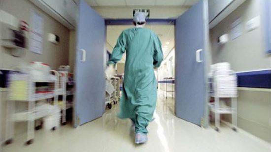 """أطباء القطاع الحر بالمغرب يدقون ناقوس الخطر بعد وفاة """"بروفيسور"""" آخر"""