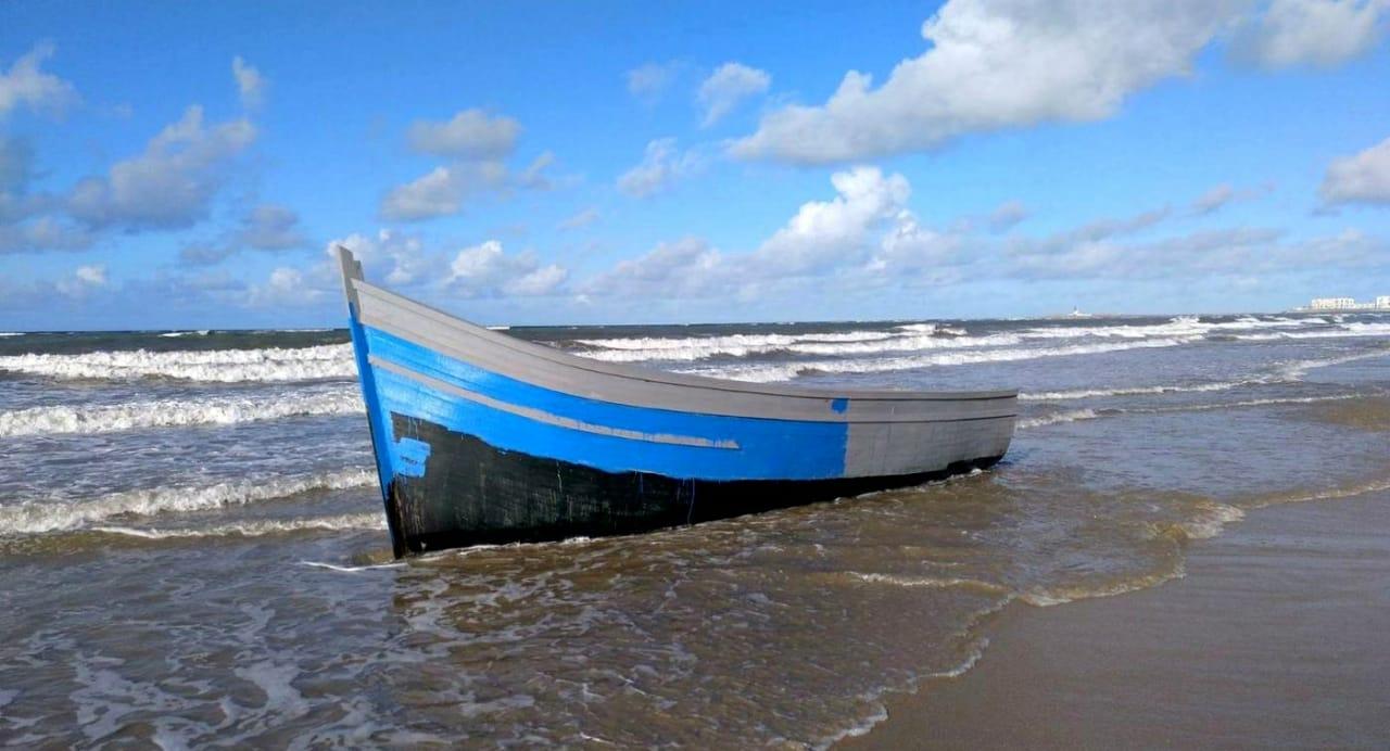 درك أركمان يحجز قاربا خشبيا من النوع الكبير في سواحل الجزيرة