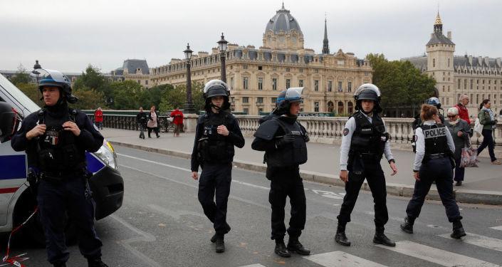 ماكرون وحكومته يصّعدان هجومهما ضد مسلمي فرنسا إثر اجتماع لمجلس الدفاع