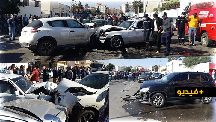 حادثة سير مثيرة.. السرعة وعدم احترام الضوء الأحمر يؤدي إلى اصطدام خمسة سيارات