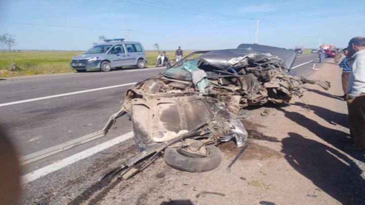 """خمسة قتلى وثماني إصابات في حادثة سير """"خطيرة"""" بين سيارة وشاحنة على الطريق السيار"""