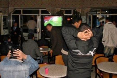 """أرباب المقاهي والمطاعم بالحسيمة """"يرفضون"""" تدابير السلطات المحلية بشأن حظر التجوال الليلي"""