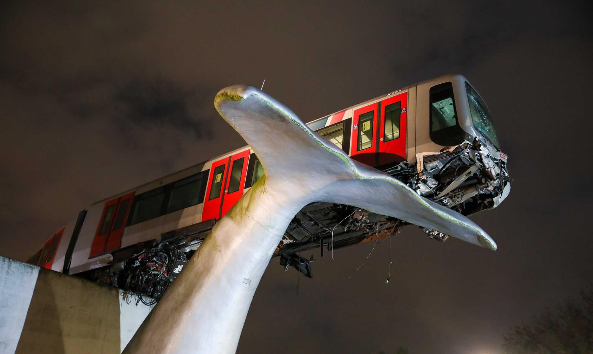 """شاهدوا.. مترو أنفاق بروتردام الهولندية """"معلق"""" في الهواء بعد اصطدامه بنصب فني"""